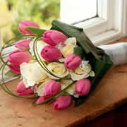 A bouquet of ivory roses and pink, closed, Daffodils